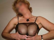 Femme mature serre ses deux gros seins