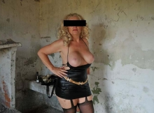 Femme en latex, très grosse poitrine - Mature hard
