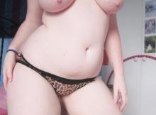Fille ronde en string serré - Grosse poitrine