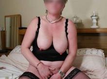 Femme retraitée de 61 ans : se gode sur le lit