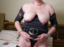 Femme retraitée de 61 ans : seins à l'air