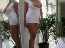 Fille aux gros seins en mini-jupe