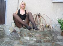 Jolie blonde en collants