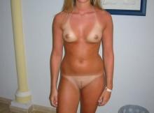 Fille nue qui revient de la plage (marque maillot)