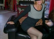 Mini-jupe et bas résille - Cougar blonde sexy