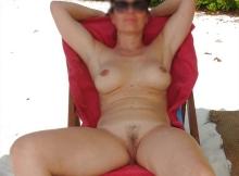 Femme nue transat - Naturiste