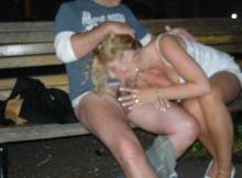 Fellation sur un banc - Couple Candauliste