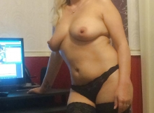 Femme Cougar seins nus