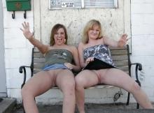 Deux copines montrent leur chatte rasée sur un banc public