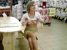 Femme mûre montre ses seins dans un grand magasin