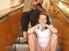Exhibition chatte sur l'escalator de la gare du Nord à Paris