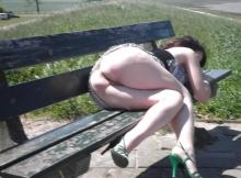 Montre son cul sur un banc public