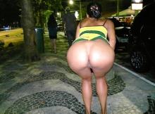 Une brésilienne montre son cul dans la rue