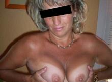 Femme mature serre ses seins l'un contre l'autre