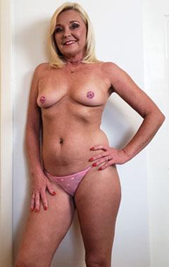 Cougar blonde de Paris en string rose