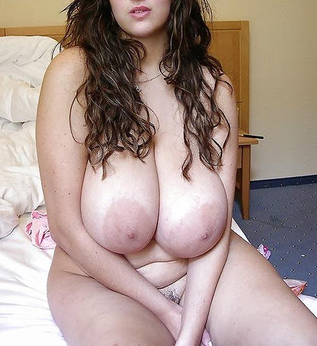 Grosse paire de seins laiteuse