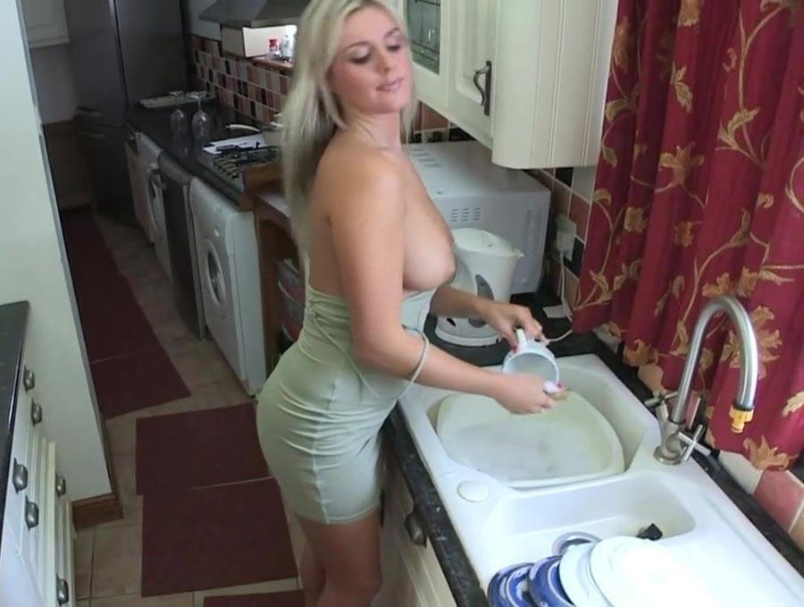 Femme cougar fait la vaisselle en robe sexy