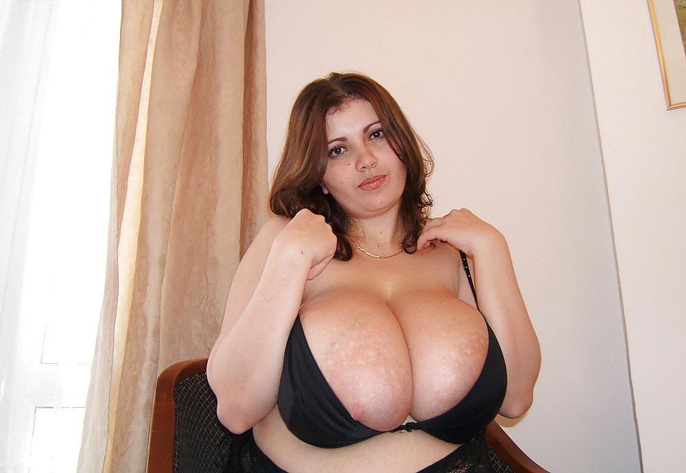 L'énorme poitrine de Nathalie en soutiens-gorge