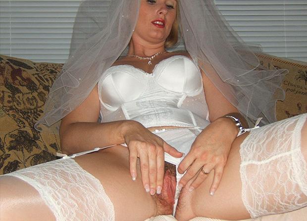 La femme mariée se caresse la chatte