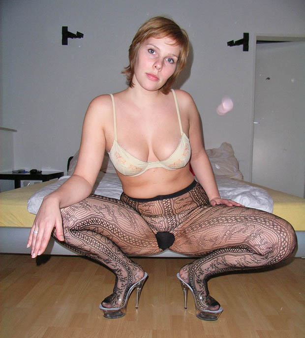 Accroupie en collants sans culotte