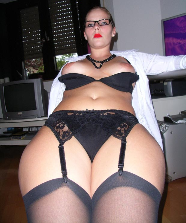 Bas nylon et seins nus - Secrétaire sexy