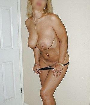 Cougar Paris avec une belle poitrine