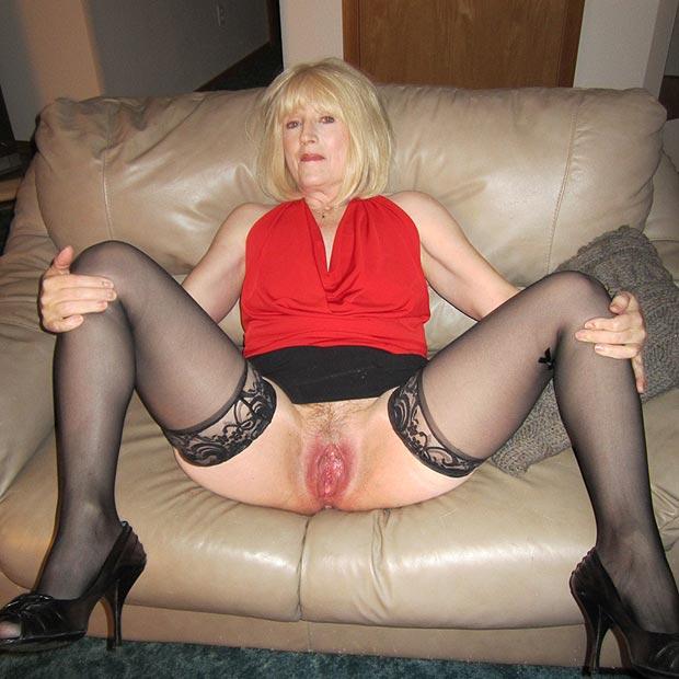 Jambe écartée en lingerie - Femme offerte