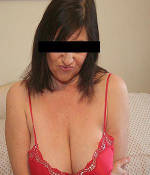 Femme cougar à Cannes avec une belle poitrine