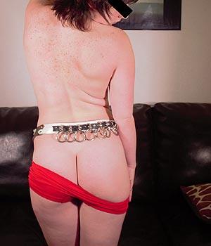 Jeune femme de 29 ans (libertine) montre ses jolies fesses