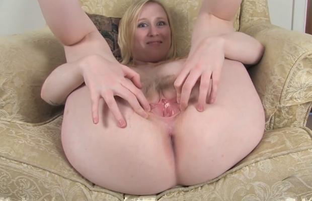 Ouvre son trou - Chatte poilue blonde