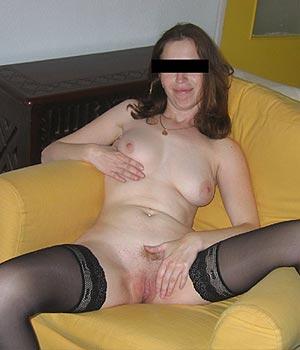 Femme divorcée à Marseille, toute nue en lingerie sexy sur le canapé