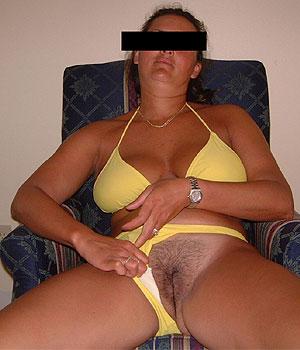 Exhibe en bikini jaune