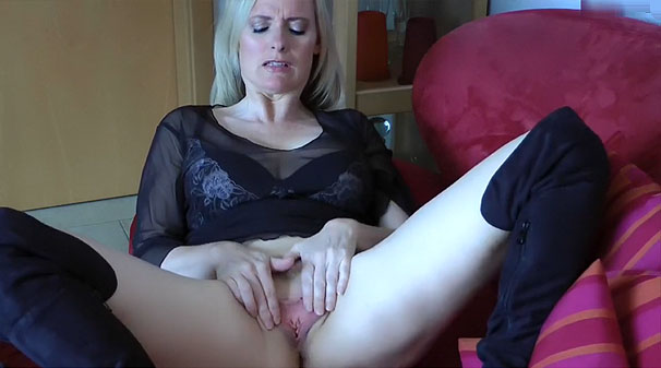 Femme cougar caresse son sexe