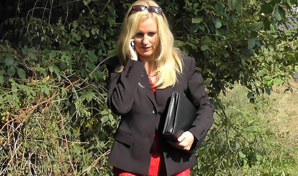 Cougar sexy en femme d'affaires