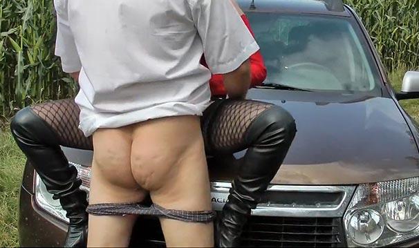 Baisée sur le capot de la voiture