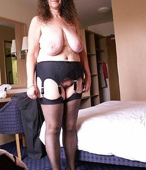 Femme de 50 ans (belle poitrine)
