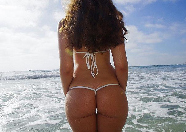 String dans la raie des fesses à la plage
