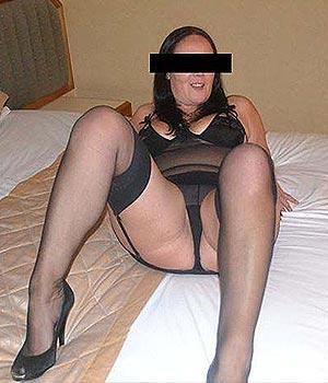Femme mature en lingerie sexy (porte-jarretelle)