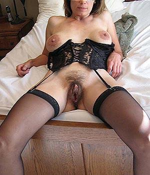 Femme mariée exhibe sa grosse chatte poilue