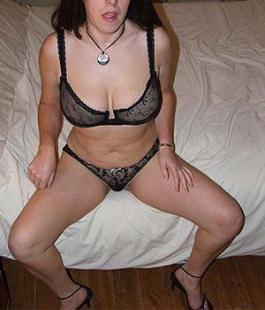 Belle femme en lingerie sexy noire