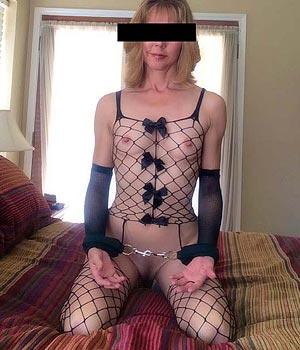 Femme sado-maso avec une paire de menottes