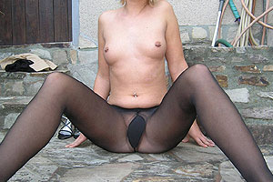 Fille nue en collants