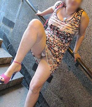Sous la jupe d'une femme mûre exhib