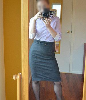 Jeune femme en jupe et collants