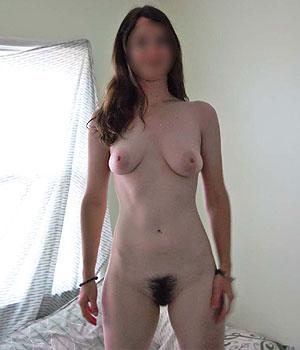 Femme nue à la chatte très poilue