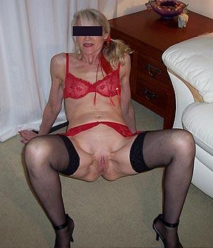 Femme en lingerie rouge et bas noir sexy
