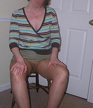 Femme mûre sexy, mini-jupe et paire de collants