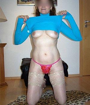 Femme mature et sexy en robe moulante bleue