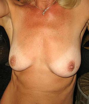 Femme mature exhibe sa petite poitrine