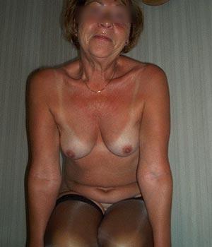 Femme retraitée seins nus et bas nylon